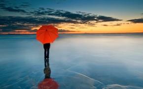 Картинка облака, закат, человек, зонт, горизонт, красный зонтик, замерзшее море