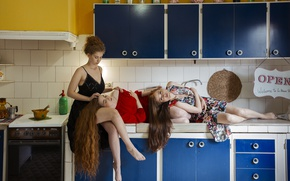 Обои кухня, девушки, лежат