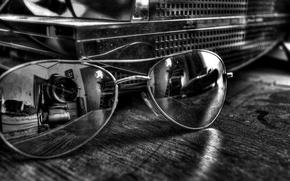 Обои стол, отражение, камера, очки, чёрнобелый, объектив