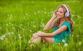 Обои трава, девушка, цветы, улыбка, наушники, блондинка, одуванчики