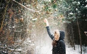 Картинка зима, девушка, снег, ветки, куртка, капюшон, падает