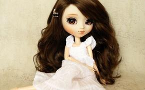 Картинка игрушка, кукла, платье, брюнетка, сидит, длинные волосы