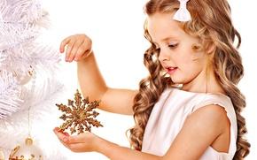 Картинка праздник, игрушки, елка, ребенок, Новый Год, Рождество, девочка, Christmas, снежинка, локоны, New Year, золотая, елочные