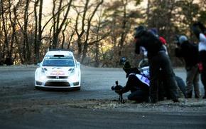 Картинка Авто, Белый, Volkswagen, Скорость, Люди, Свет, Поворот, Фары, WRC, Rally, Polo, Sebastien Ogier, Предок