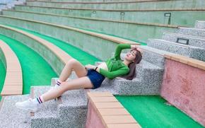 Картинка девушка, лежит, ступеньки, ножки, азиатка, стадион