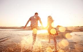 Картинка пляж, вода, девушка, брызги, настроение, бег, парень, двое