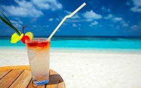 Картинка песок, море, небо, стакан, берег, коктейль, трубочка, столик, охлаждающий