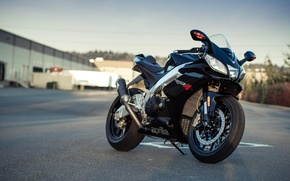 Картинка небо, чёрный, тень, мотоцикл, black, aprilia, bike, supersport, априлия, rsv4