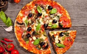 Картинка еда, сыр, пицца, помидоры, блюдо, маслины, специи, чеснок, салями, ломтик