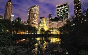 Картинка деревья, тучи, город, огни, озеро, отражение, пасмурно, здания, дома, Нью-Йорк, подсветка, красиво, ночной город, Манхэттен, …