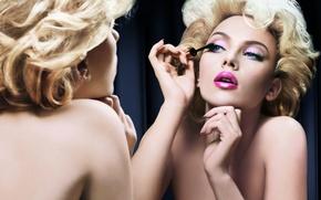 Обои отражение, ресницы, блондинка, Scarlett Johansson, актриса, помада, Скарлет Йохансон, макияж, зеркало, розовая, плечи