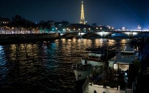 Картинка мост, Франция, Париж, дома, Эйфелева башня, деревья, светится, огни, катера, вдали, ночь, фонари, набережная, река