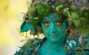 Картинка стиль, цветы, взгляд, косплей, листья, образ, персонаж, эльфийка, женщина, портрет, венок, лесная нимфа, колдунья, голубые …