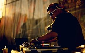 Обои часы, кофе, вечер, наушники, очки, пульт, DJ Rocky Rock