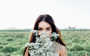 Картинка небо, поле, девушка, боке, брюнетка, макияж, прическа, портрет, взгляд, цветы
