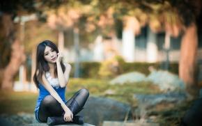 Картинка лето, девушка, город, китаянка, азиатка, красивая, сидит