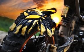 Картинка motocross, протектор, колесо, парковка, tourism, мотоцикл, задняя, summer, привод, стоянка, амортизатор, подвеска, перчатки, moto, макро, ...