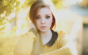 Картинка портрет, рыжеволосая, в жёлтом