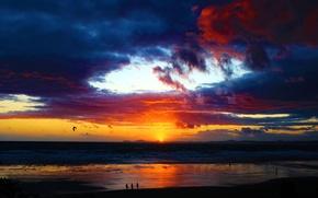 Картинка море, облака, закат, люди, берег, силуэт, зарево