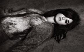 Картинка взгляд, девушка, лицо, макияж, брюнетка, Кэти Перри, Katy Perry, лежит, черно-белое, певица, свитер