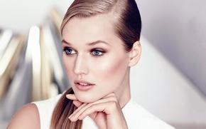 Картинка глаза, взгляд, девушка, лицо, модель, рука, голубые, блондинка, Toni Garrn, Тони Гаррн