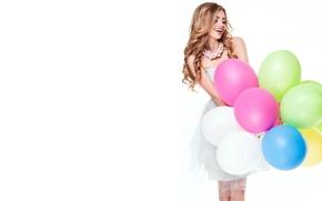 Картинка девушка, шарики, радость, улыбка, настроение, макияж, платье, прическа, белый фон, бусы, шатенка, воздушные, стоит, разноцветные, …