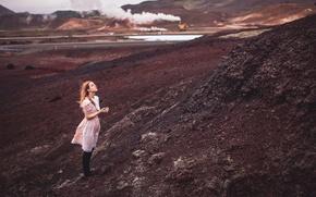 Картинка девушка, дым, платье, насыпь