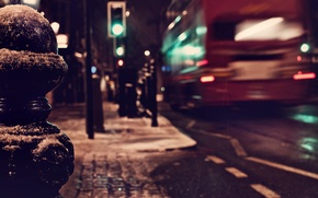 Картинка зима, дорога, макро, ночь, город, огни, Англия, Лондон, светофор, фонари, Великобритания, автобус, тротуар, London, England, …