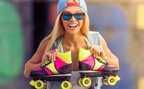 Обои радость, фон, настроение, ролики, очки, прическа, блондинка, кепка, боке