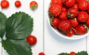 Обои макро, стол, Клубника, полезное, белый, красная, листья, еда, лето, витамины, ягода