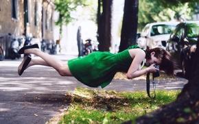 Картинка девушка, улица, фотоапарат, гравитация
