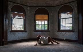 Картинка девушка, поза, комната, настроение, окна, ситуация