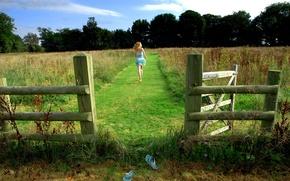 Обои бег, девушка, поле, тапочки, трава, ограда