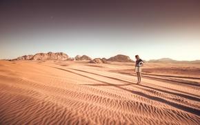 Обои сухой, шлем, пустыня, солнечные, пески, волосы, юбка, девушка, тень, холмы, звезды