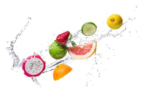 Картинка вода, капли, брызги, лимон, апельсин, киви, клубника, лайм, цитрусы, дольки