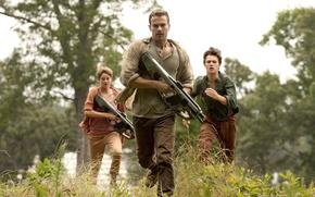 Картинка vegetation, trees, couple, weapon, gun, Ansel Elgort, man, run, soldiers, rifle, Theo James, Shailene Woodley, ...