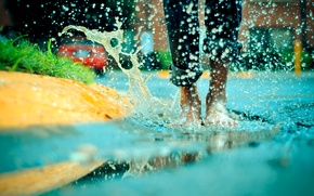 Обои радость, дождь, босиком
