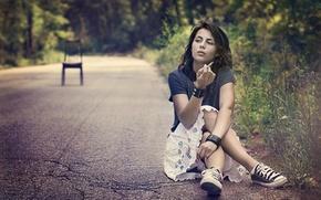 Картинка девушка, сидит, курит, на дороге