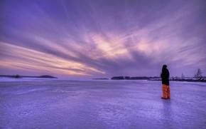 Обои лед, зима, небо, пейзаж, озеро, вечер, парень, Швеция, сиреневое