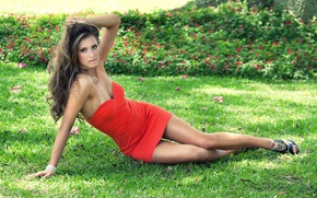 Обои брюнетка, ножки, красное, платье, девушка