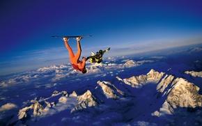 Картинка небо, облака, снег, горы, парашют, контейнер, доска, парашютисты, экстремальный спорт, парашютизм, headdown, скайсерфинг, камера флаер