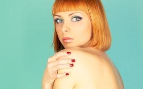 Обои взгляд, девушка, лицо, фон, стрижка, спина, руки, рыжие волосы, зеленые глаза, челка