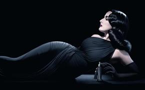 Картинка девушка, модель, макияж, брюнетка, флакон, черное платье, парфюмерия, Дата фон Тиз