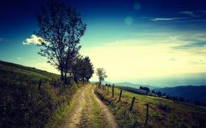 Картинка дорога, поле, небо, деревья, горы, дом, путь, забор, горизонт, фермы