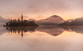 Картинка лес, горы, озеро, отражение, рассвет, остров, мистика, Словения