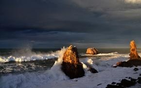 Картинка море, волны, небо, брызги, тучи, шторм, скалы