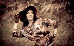 Картинка взгляд, девушка, природа, поза, шляпа, платье, брюнетка, перчатки