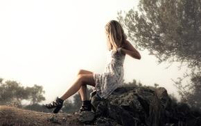 Картинка девушка, природа, камень, платье