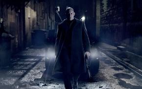 Обои оружие, свет фар, пальто, Vin Diesel, Последний охотник на ведьм, автомобиль, дробовик, The Last Witch ...