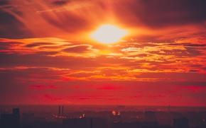 Картинка небо, солнце, облака, лучи, закат, город, индустрия, дома, горизонт, силуэт